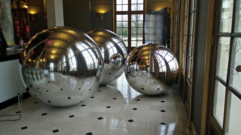 Ballons et sph res miroir g ants au le casino partouche de for Miroir reflet